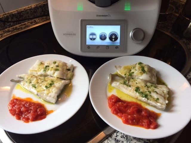 Bacalao al vapor con compota de tomate y vinagreta de huevas de salmón.