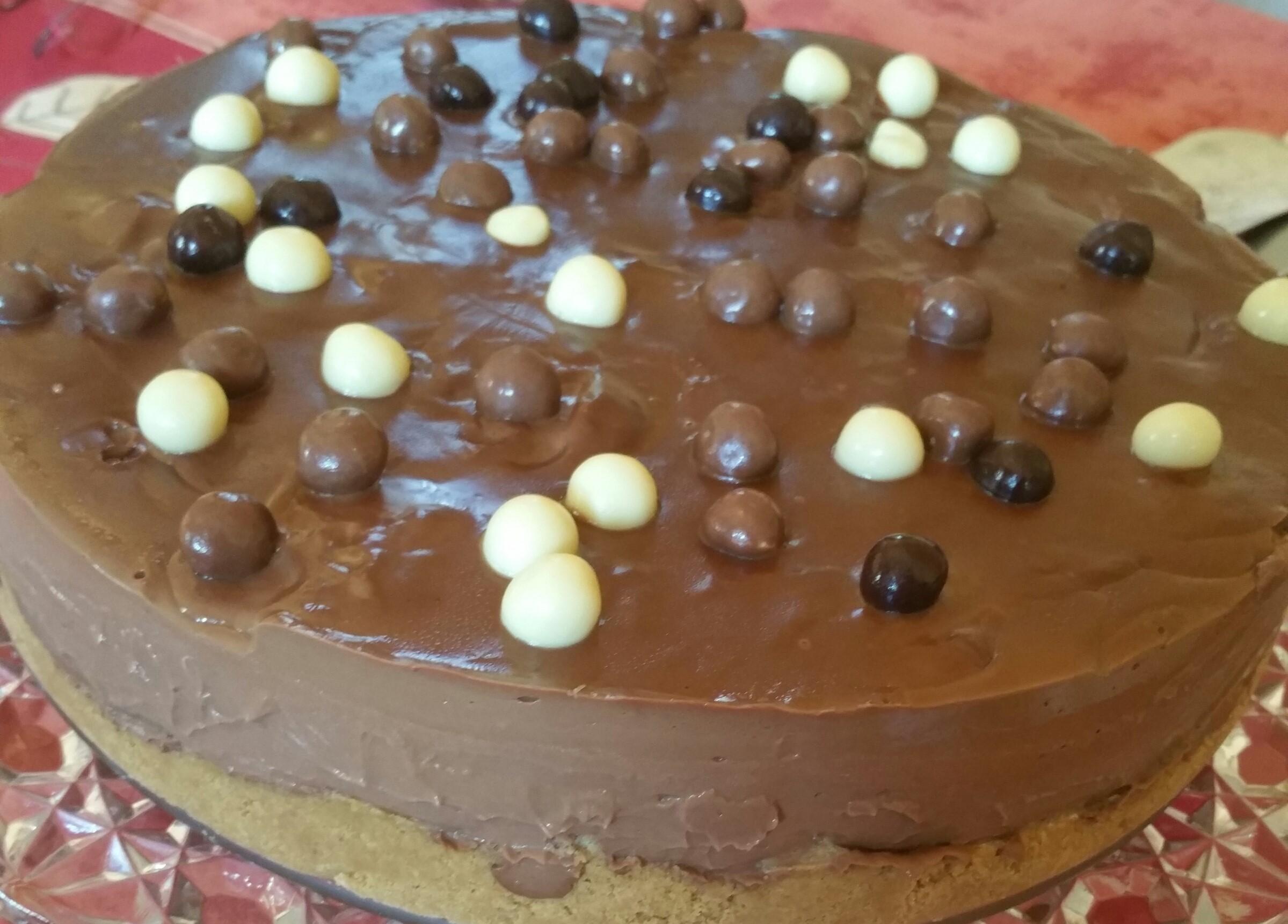 TARTA DE CHOCOLATE RELLENA CON PROFITEROLES