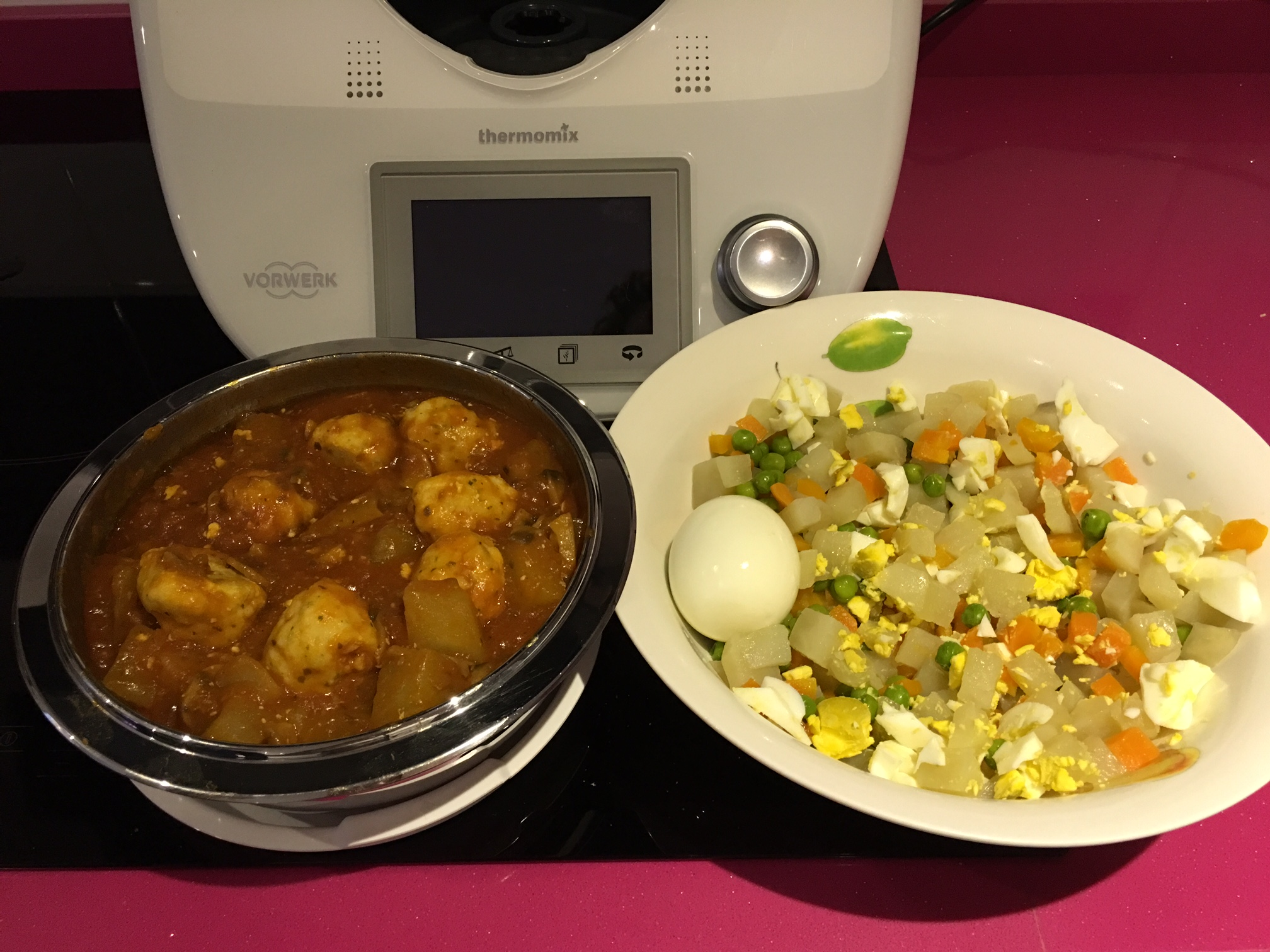Ensaladilla Rusa, patatas en salsa de champiñones y Albondigas de Merluza