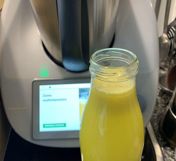 Bebida de limón, naranja y manzana