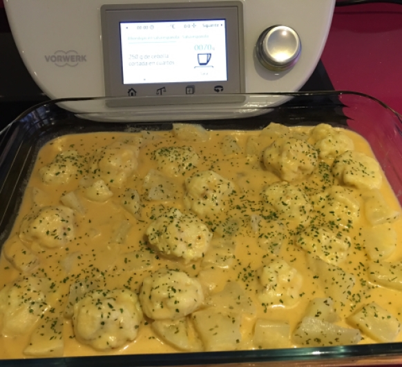 Albondigas de Merluza con salsa y patatas al vapor