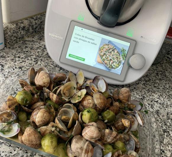Coles de Bruselas con almejas en salsa verde
