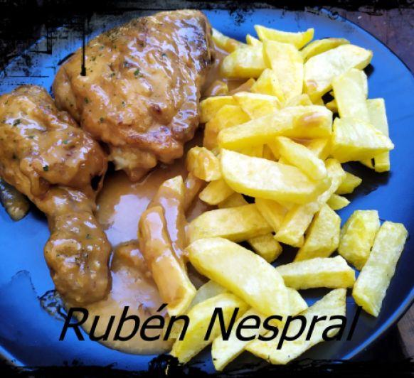 Muslos de pollo con salsa de ajillo.